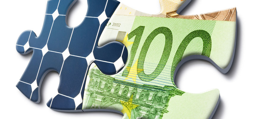 Grafische Darstellung zweier Puzzleteile mit Motiven eines Geldscheins und Solarmodulen